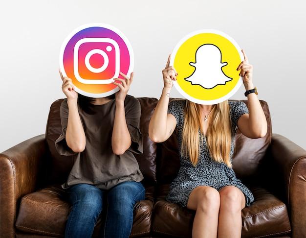 ソーシャルメディアのアイコンを持っている女性 無料写真