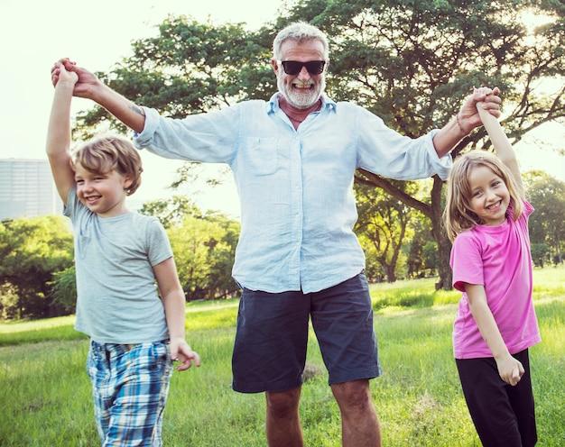 家族世代の子育て一体リラクゼーションの概念 Premium写真