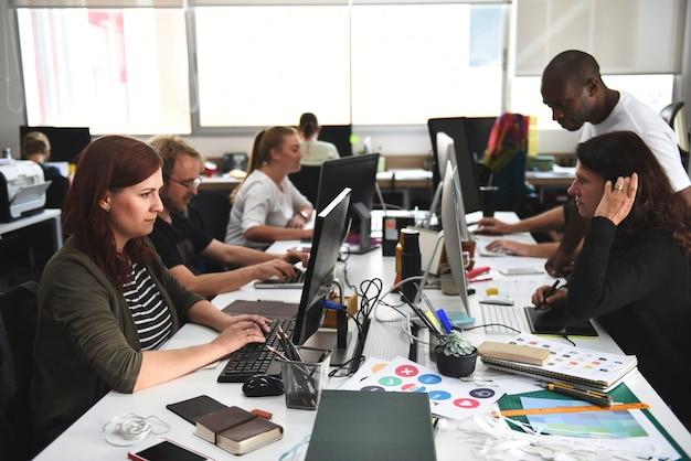 オフィスで働くスタートアップ事業チーム Premium写真