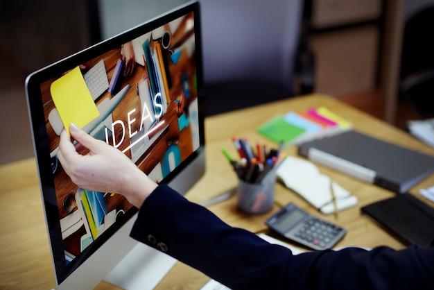 ワーキングオフィスデスク職場ワークスペースのコンセプト Premium写真