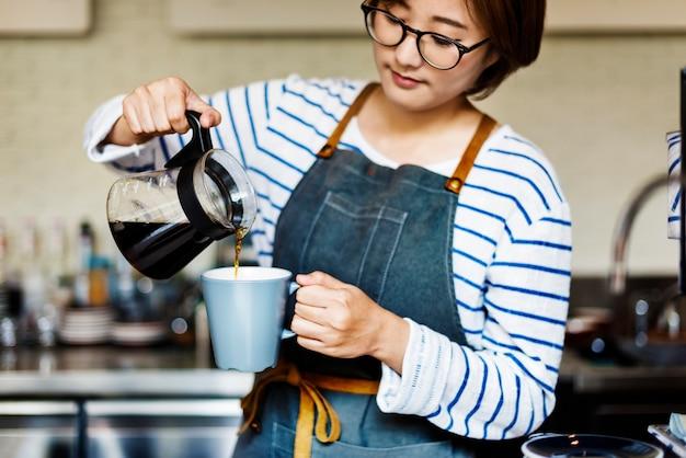 Заливка кофе бариста кафе официантка привлекательная концепция Premium Фотографии