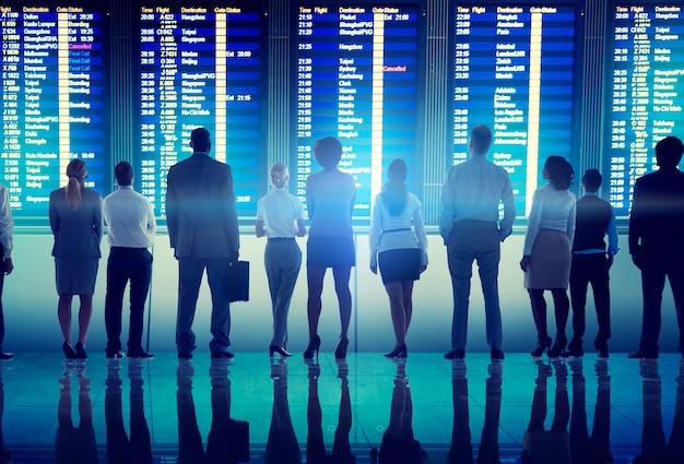 Концепция отъезда от терминала деловых людей в аэропорт Premium Фотографии
