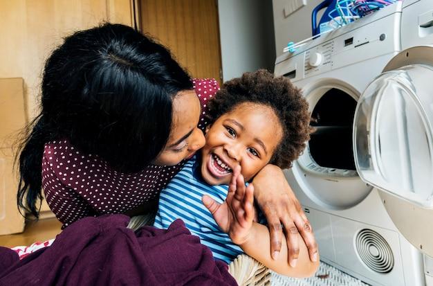 母と息子が一緒に家事をしています。 Premium写真