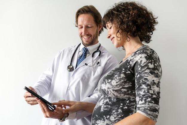 医師による胎児モニタリングを有する妊娠中の女性 Premium写真