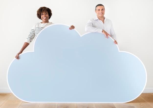 Люди, имеющие значок облака Premium Фотографии