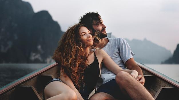 静かな湖の上をボートのカップル Premium写真