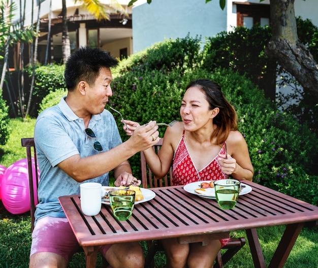 Пара завтракает в отеле Premium Фотографии