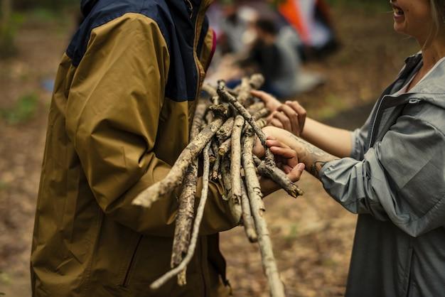 キャンプや薪狩りの友達 Premium写真