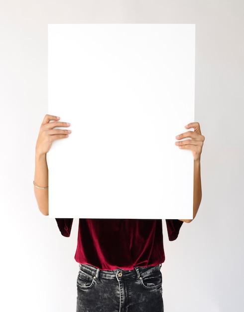 Картинки держит лист бумаги с надписью
