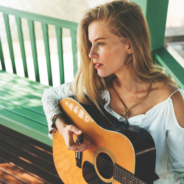 彼女のギターを持つ美しい国の女の子 Premium写真