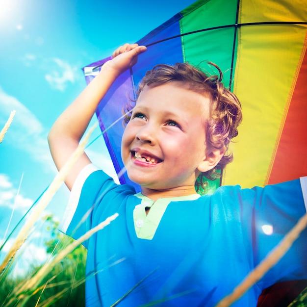 陽気な少年凧屋外コンセプト Premium写真