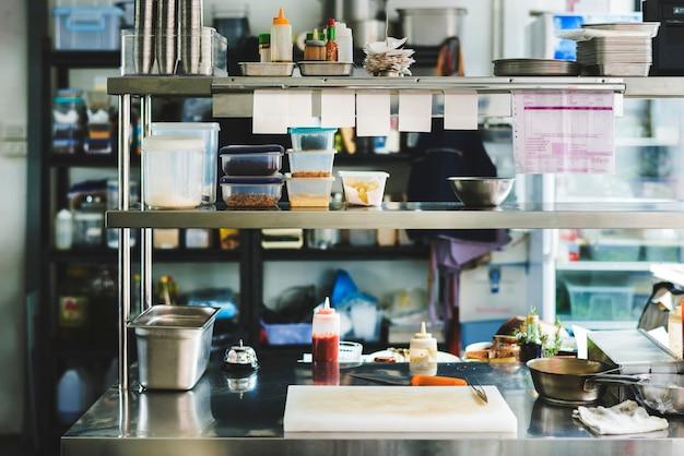 Приготовление ингредиентов на кухне ресторана Premium Фотографии