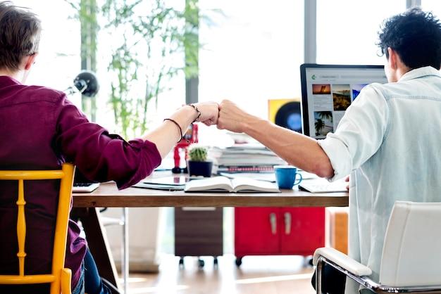 Друзья натыкаясь кулаками как работа в команде Premium Фотографии
