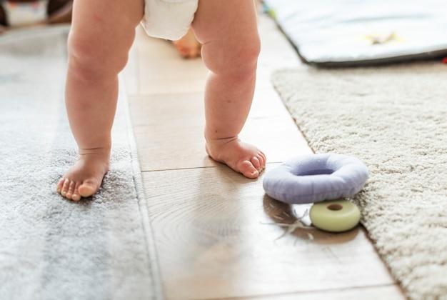 立っている間赤ちゃんの足のクローズアップ 無料写真
