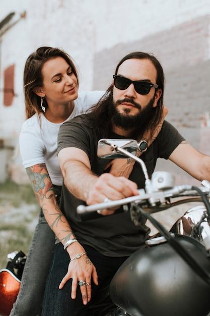 クールなバイカーカップルの肖像画 無料写真