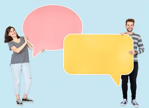 Люди, держащие значки речи пузырь Premium Фотографии