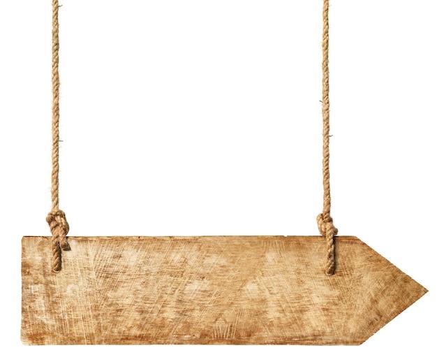 ロープからぶら下がっている木製の冠。 無料写真