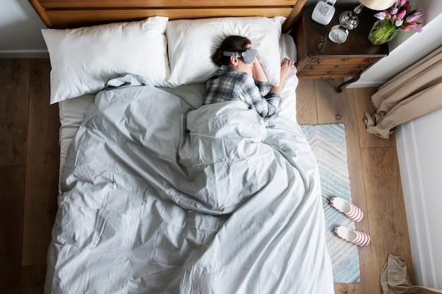 Кавказская женщина спит с наглазником Premium Фотографии