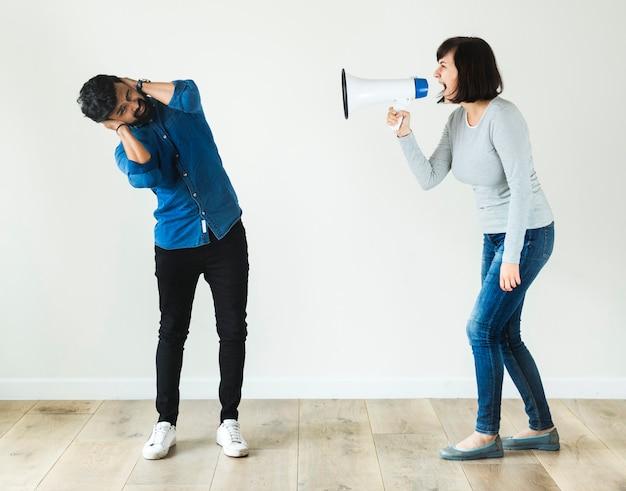 メガホンで男に叫んでいる女性 Premium写真
