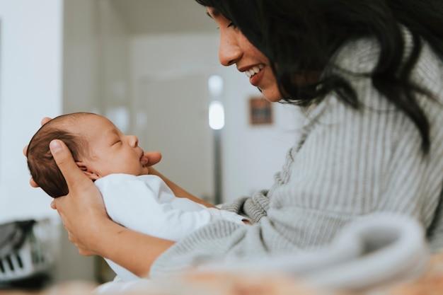 彼女の幼児の赤ちゃんを持つお母さん Premium写真