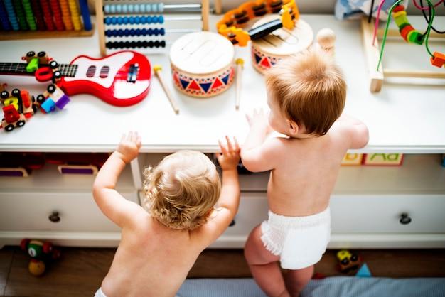 一緒に遊んでおむつの赤ちゃん Premium写真