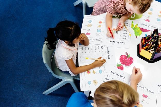小学校で幸せな子供たち Premium写真