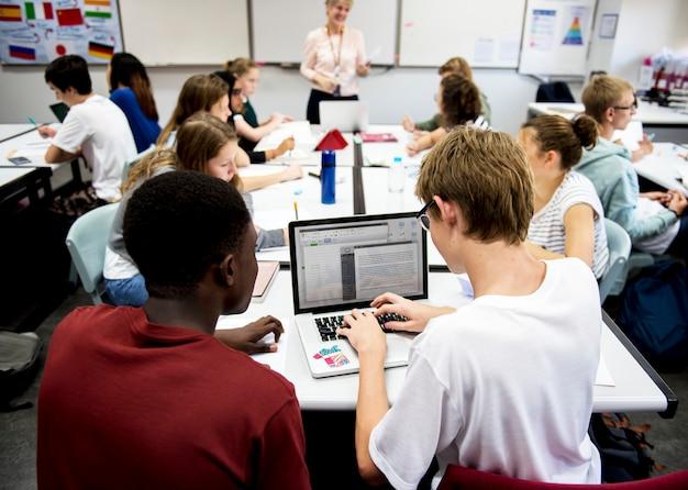教室で一緒に働く学生 Premium写真