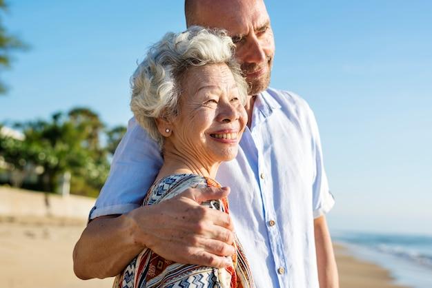 成熟した母と息子、ビーチで Premium写真