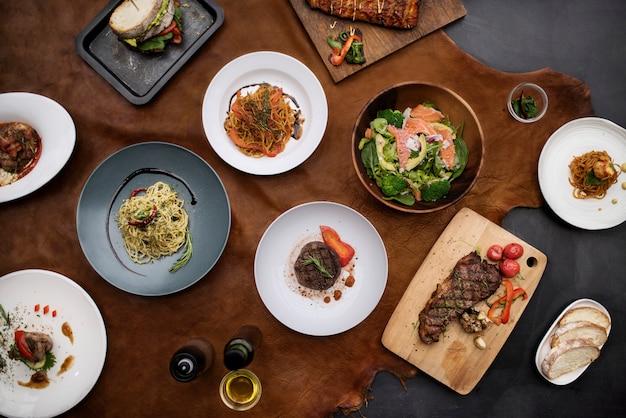 テーブルの上の混合イタリア料理プレート Premium写真