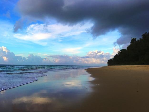 ビーチの海岸線クラウドシーサイドコンセプト 無料写真