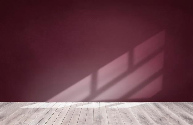 木製の床と空の部屋でブルゴーニュの赤い壁 無料写真