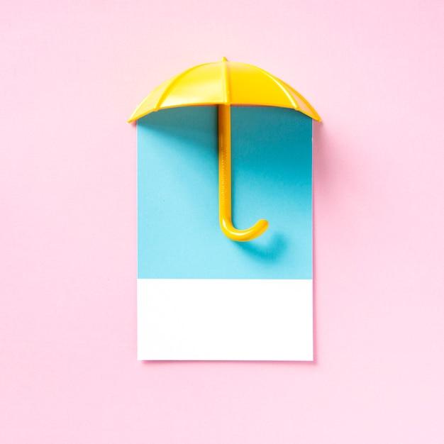 黄色い傘の影 無料写真