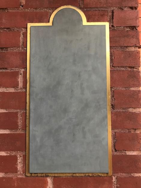 Пустой знак меловой доски на кирпичной стене Бесплатные Фотографии