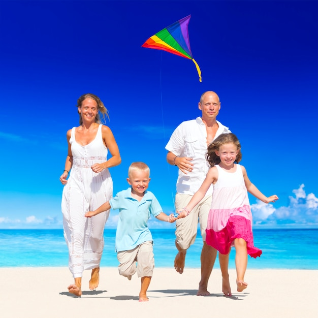 家族はビーチを走る。 Premium写真