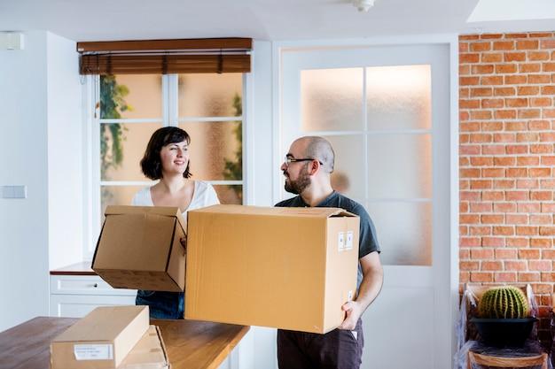 Пара переезжает в новый дом Premium Фотографии