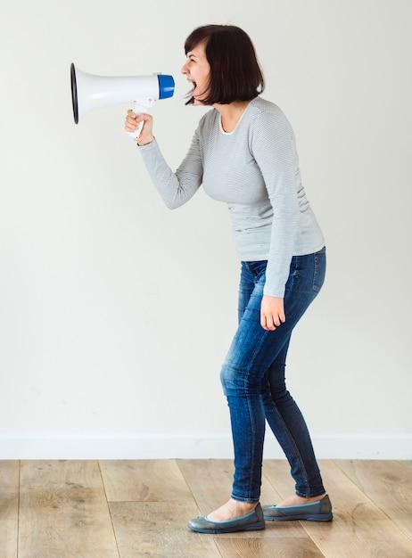 発表のためにメガホンを使っている女性 Premium写真