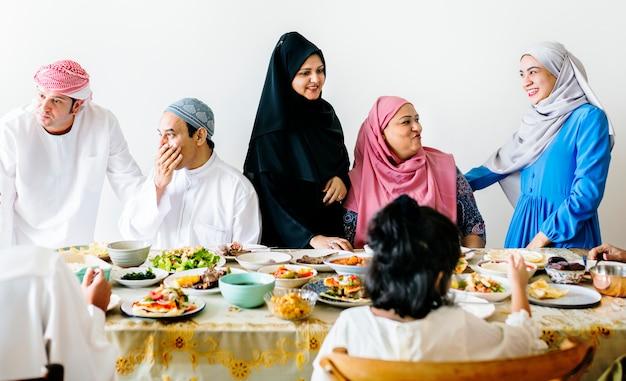 ラマダンのごちそうを食べるイスラム教徒の家族 Premium写真