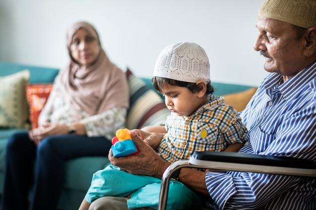 イスラム教徒の家族が自宅でリラックスして遊んで Premium写真
