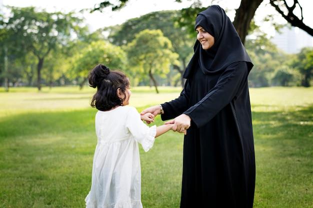 公園でイスラム教徒の家族 Premium写真