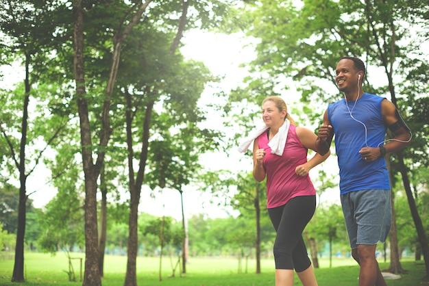 男と女が公園で走っています。 Premium写真