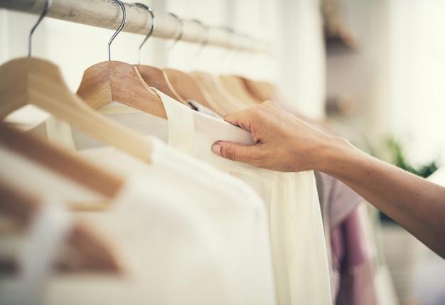 衣料品店でのショッピングの女の子 Premium写真