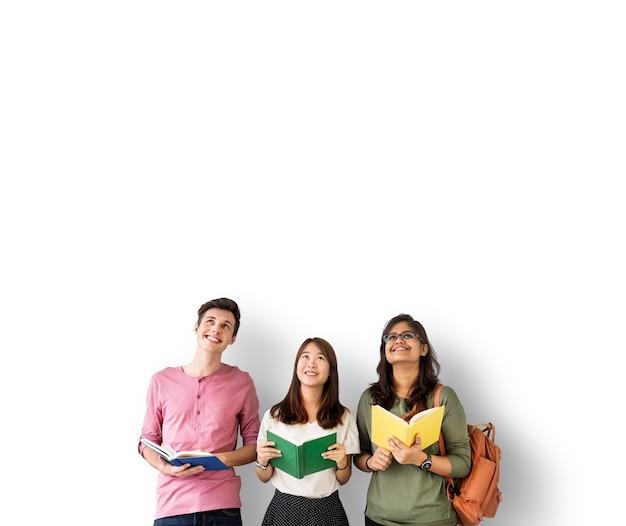 カラフルな本を持つ多様な学生 Premium写真