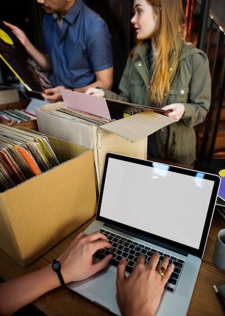 ビニール音楽の十代の若者たちのライフスタイルレジャーコンセプト Premium写真