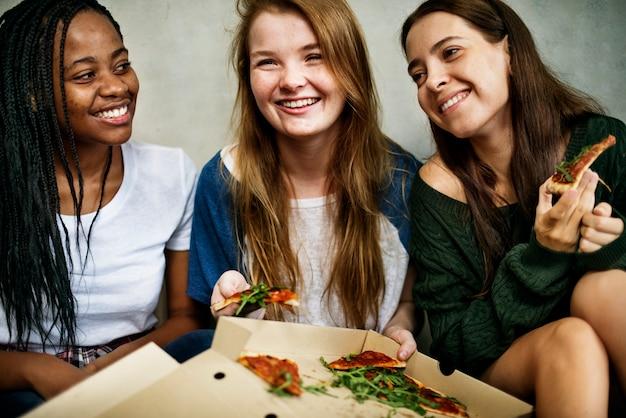 ピザを共有する友達 Premium写真