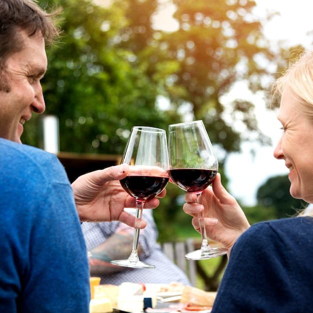 カップル乾杯愛ワインのコンセプト Premium写真
