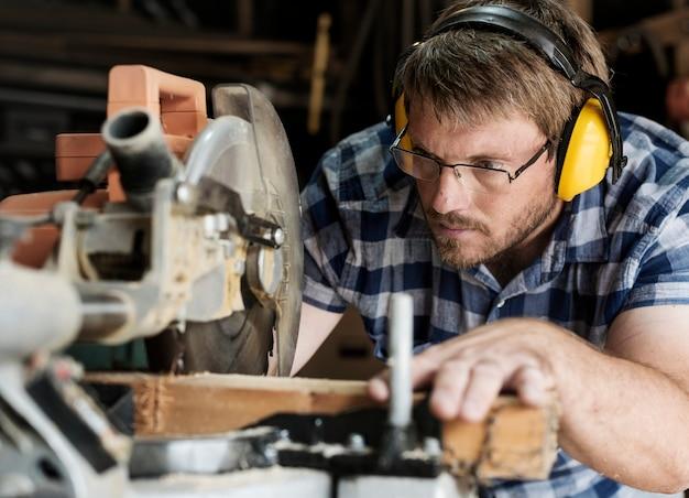 職人の木材の取り扱い Premium写真