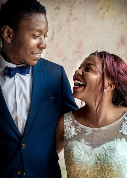 一緒に陽気なアフリカ系の花嫁新郎 Premium写真