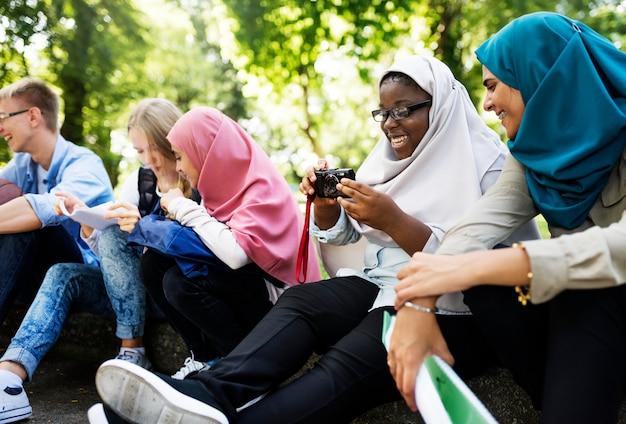 携帯電話を使用している学生のグループ Premium写真