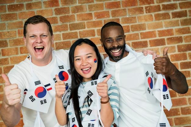 塗られた旗とワールドカップを応援の友人 Premium写真