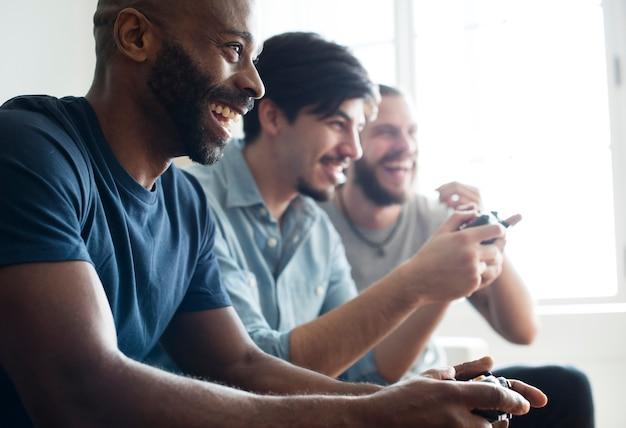 Друзья играют в игру вместе Premium Фотографии